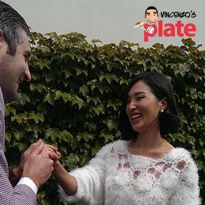 Винченцо держит Николь Варн за руку